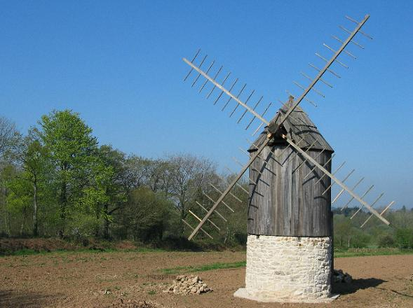 Petit moulin à vent du village de Kérouat à Commana
