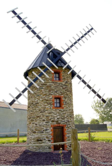 Moulin miniature dans le village
